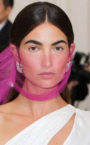 rs_634x1024-170501181936-634.Lily-Aldridge-Best-Beauty-Met-Gala-2017